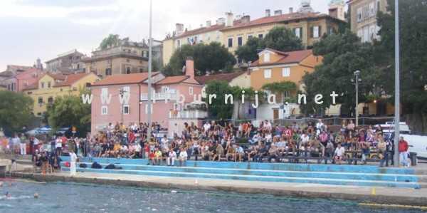Liburnija.net: Ajmo naši... Publika na tribinama @ plivalište Volosko