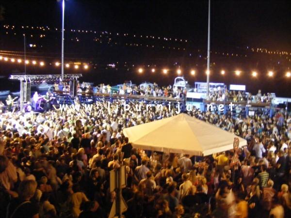 Liburnija.net: Prepuni vaterpolo plato na koncertu Dražena Zečića @ Volosko