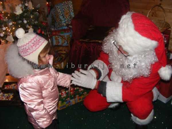 Liburnija.net: Djed Božićnjak sluša želje najmlađih @ Poklon