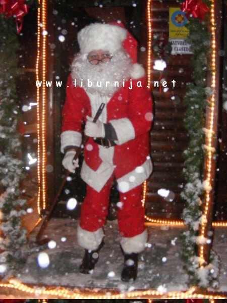 Liburnija.net: Vrijedni Djed Božićnjak s metlom u ruci @ Poklon
