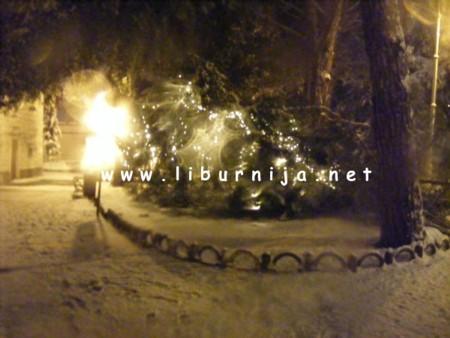Liburnija.net: Prizor ispred crkve Sv. Jakova - božićna dekoracija na podu...