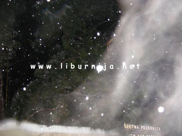 Liburnija.net: Trenutak pada cijele grane, sa stogodišnjaka, unutar male Ljetne. Odlomljeni dio, vidi se u sniježnoj izmaglici...