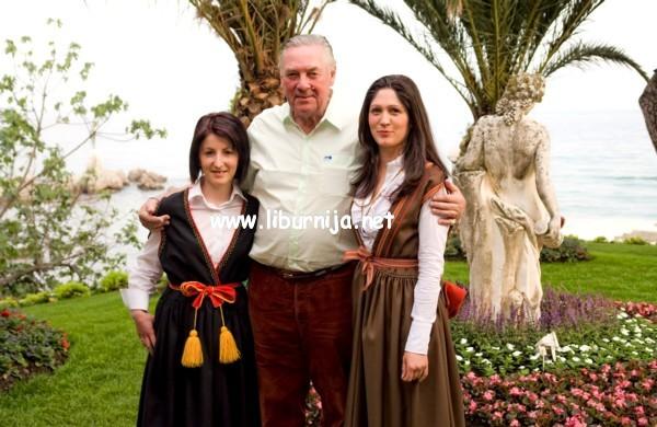 Liburnija.net: Lord Vestey sa zaposlenicama hotela Milenij, obučene u istarske narodne nošnje @ Opatija