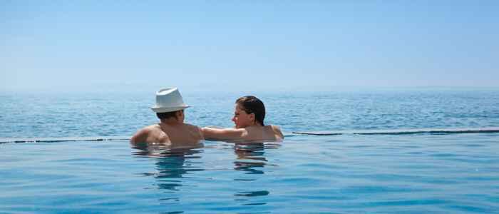 Vlastita betonska plaža opatijskog hotela Istra nudi uživanje u miru i tišini na obali čistog mora