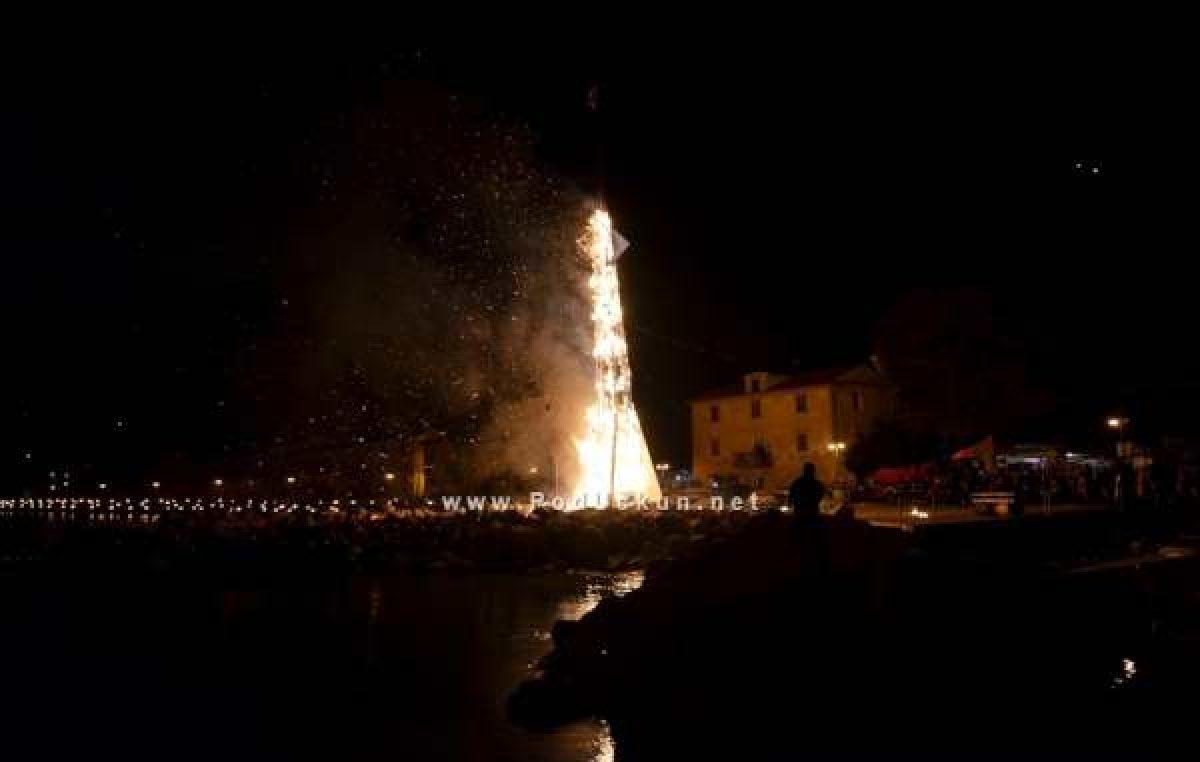 Prijenos ovogodišnjeg simboličnog spaljivanja pusta u Mošćeničkoj Dragi gledajte na TV Novinet-u