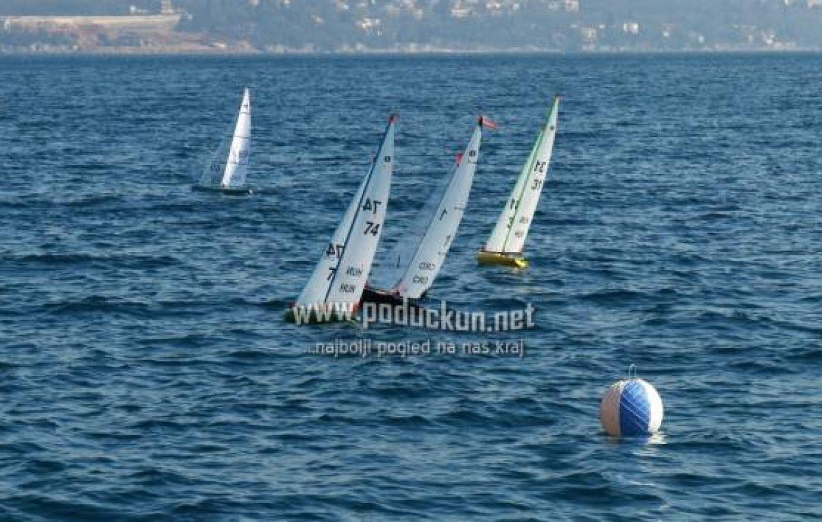 Jedriličarski klub Opatija organizirana Školu jedrenja s modelima radio upravljanim jedrilicama