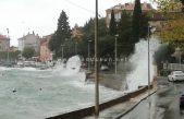 """FOTO, VIDEO: Snažno jugo donijelo """"podivljale"""" valove, obilne kiše """"potopile"""" gradsku tržnicu, magla u zaleđu"""