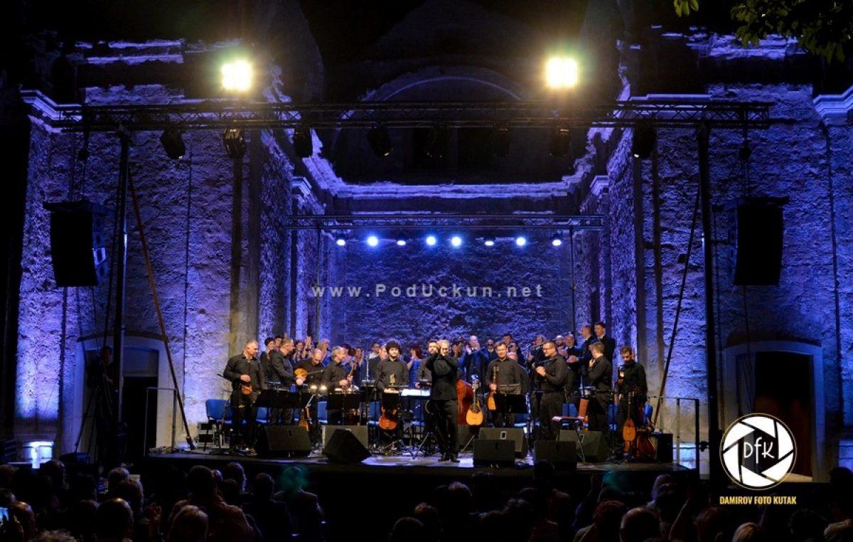 Božićni koncert u Gervaisu – Ženska i muška klapa Kastav te Tamburaški orkestar HRT-a promoviraju zajednički album 'Uživo u Kastvu'