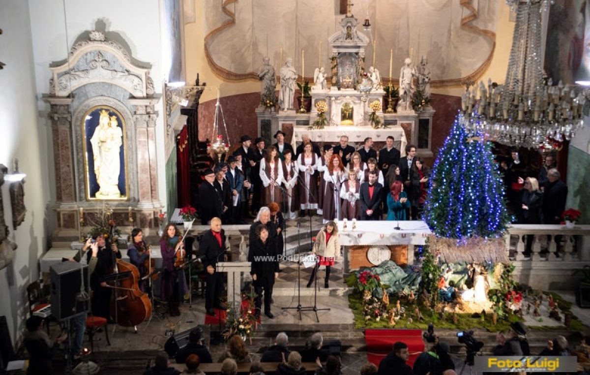 FOTO/VIDEO U prepunoj vološćanskoj crkvi održan koncert 'Božić je judi'