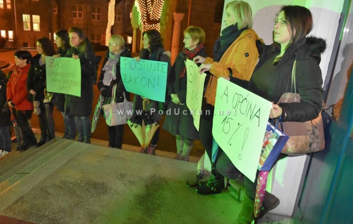 VIDEO Špalir za obranu radnih prava: Odgajateljice Dječjeg vrtića Matulji prosvjedovale pred početak sjednice Vijeća