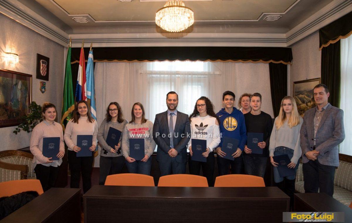 U OKU KAMERE U općini Lovran održano potpisivanje stipendijskih ugovora