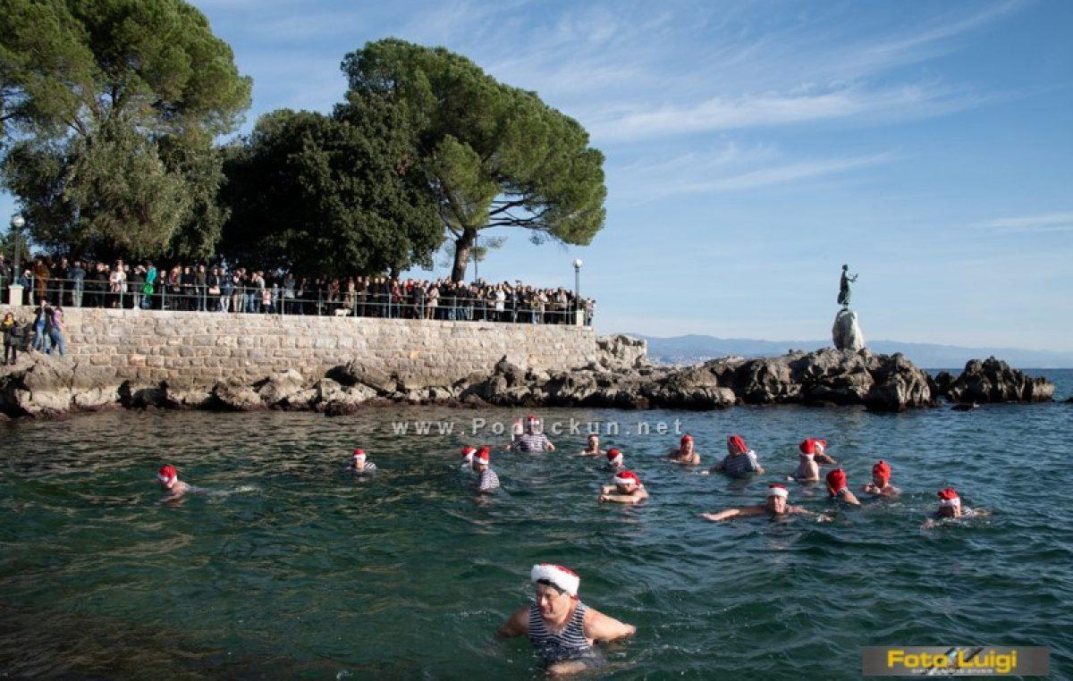 Opatijski kukali iz morskih valova odaslali svoju čestitku i otvorili sezonu kupanja @ Opatija