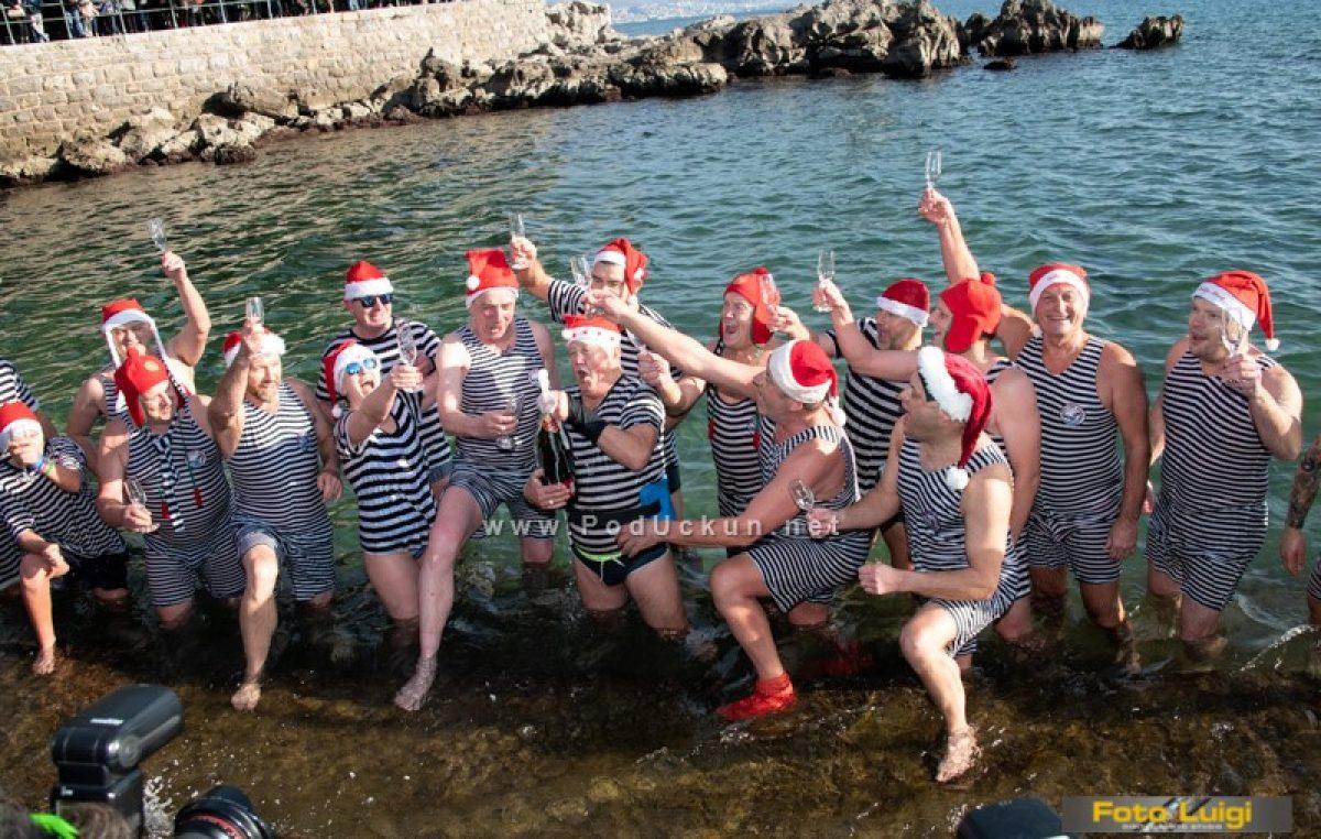 FOTO: Opatijski kukali iz morskih valova odaslali svoju čestitku i otvorili sezonu kupanja @ Opatija