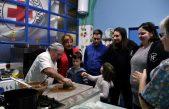Humano Valentinovo za maturante – Održana radionica izrade čokoladnih poklona za prve darivatelje krvi