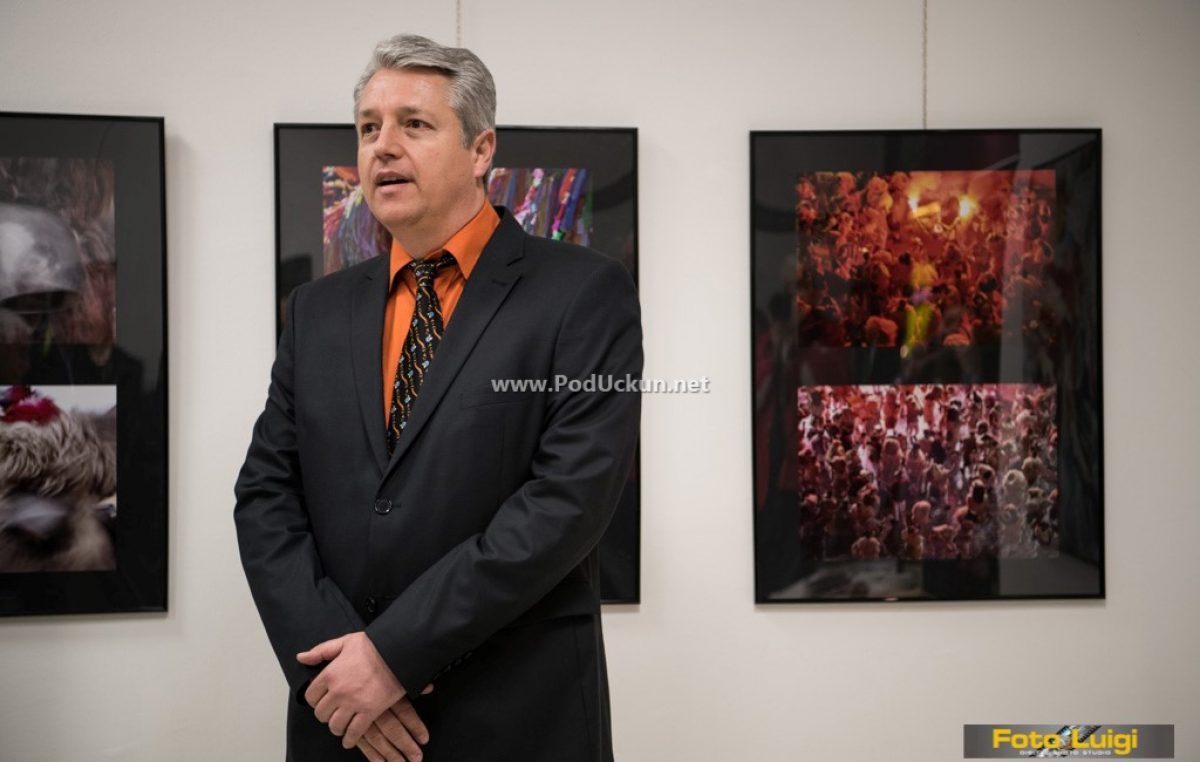"""U Likovnoj poneštrici otvorena izložba fotografija """"Energija karnevala"""" autora Aleksandra Saše Tomulića"""