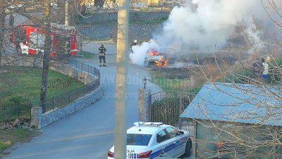 VIDEO Zapalio se automobil u Permanima, zbog vjetra požar zaprijetio i kućama