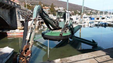 FOTO Nastavljeni radovi na produbljivanju podmorja u lučici Ičići, najavljen i veliki projekt na rivi u Mošćeničkoj Dragi