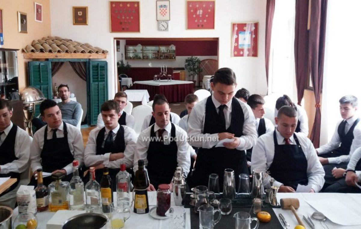 Gost predavač Emil Luštica maturantima prezentirao miksologiju i pripremu koktela @ Ugostiteljska škola