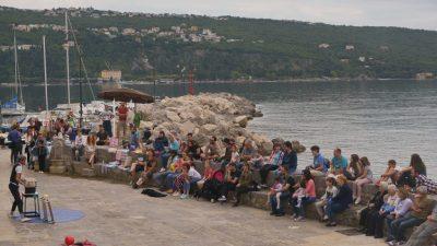 FOTO Cirkuski street show Emilia the Balancera oduševio posjetitelje Buvljaka u Voloskom