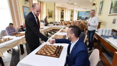 Šahovski vikend u Lovranu – Šestogodišnji Erik Golubović 'namučio' velemajstora Marina Bosiočića