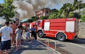 VIDEO/FOTO Požar u Medveji: Gori restoran Špajza, zbog akcije gašenja cesta je blokirana i stvaraju se gužve