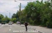VIDEO Luda snimka s riječkih ulica – Na skejtu se utrkivao s automobilima!