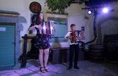 FOTO/VIDEO Ema Sušanj i Dorian Rubeša otvorili Ritam dvorišta 28. Kastafskog kulturnog leta