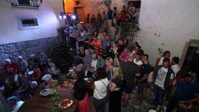 Ema Sušanj i Dorian Rubeša otvorili Ritam dvorišta 28. Kastafskog kulturnog leta