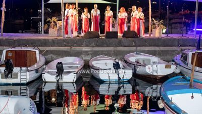 VIDEO/FOTO: Prekrasna pjesma ispunila vrelu vološćansku noć – Klape va Mandraće ponovo oduševile brojnu publiku