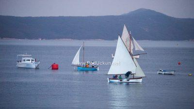 FOTO/VIDEO Bijela jedra prkosila neveri – Regata Mala barka okupila dvadesetak tradicijskih brodica