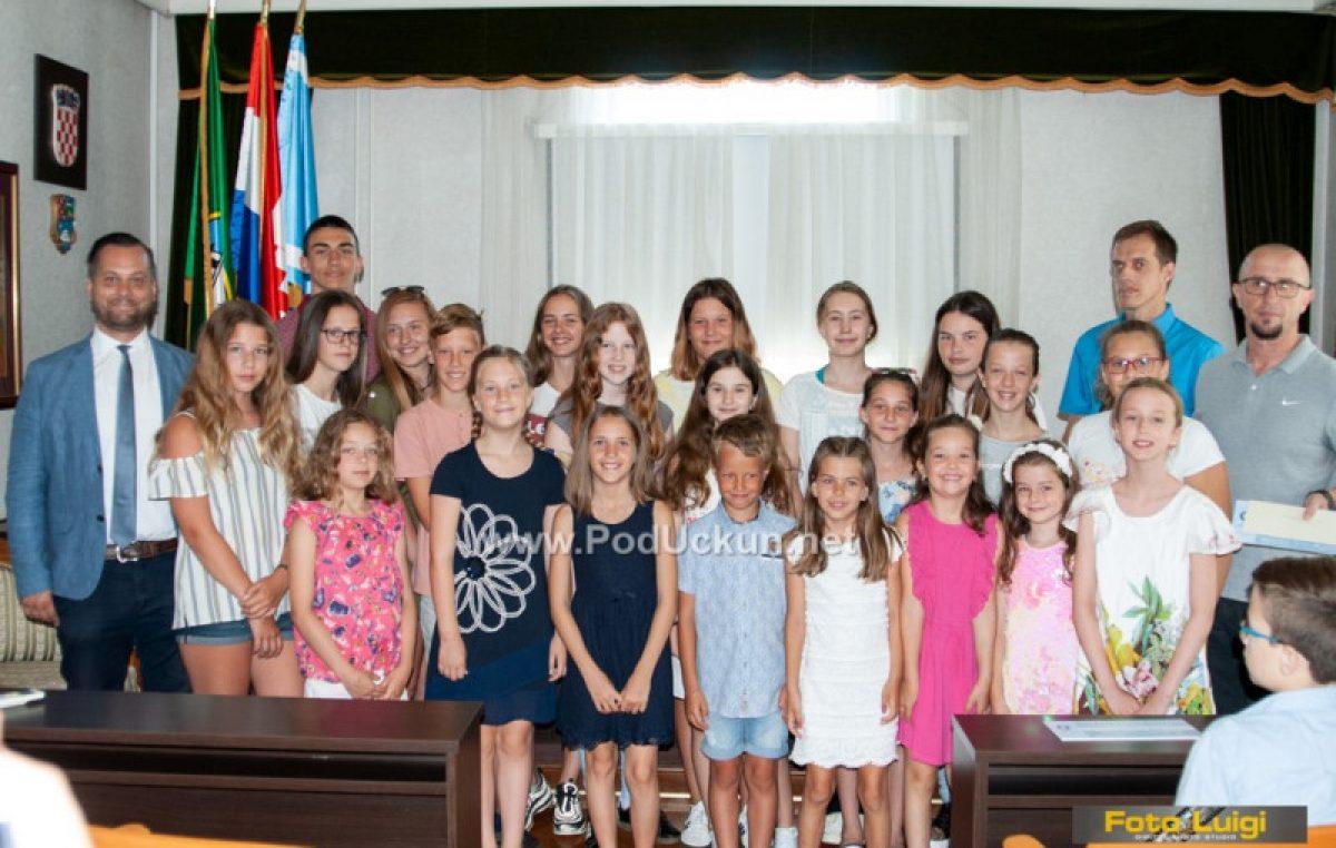 U OKU KAMERE Odlikaši i izvrsni učenici na svečanom primanju kod načelnika Simoniča – Gina Uhač učenica generacije