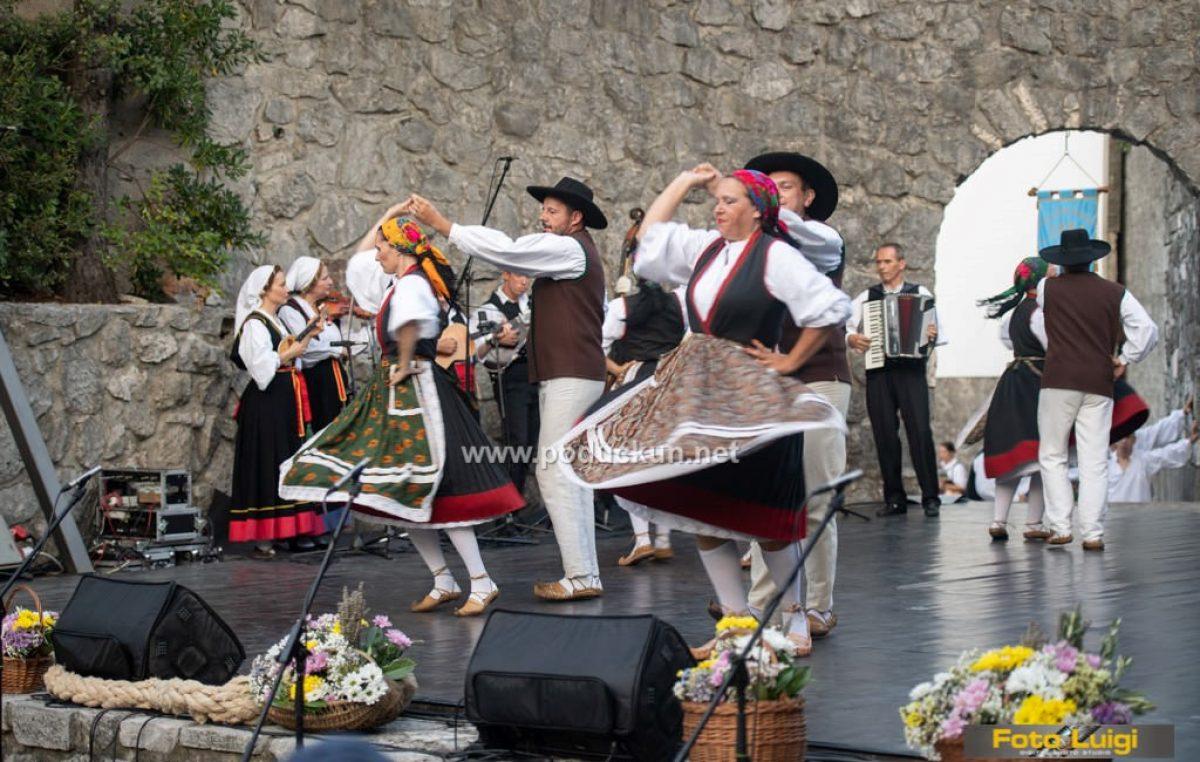Folklorni ansambl 'Zora' nastupa na 23. večeri tradicijske glazbe i plesa KUD-a 'Uljanik'