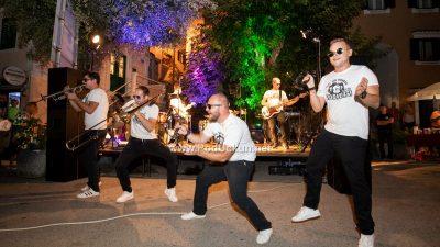 FOTO/VIDEO Noć plodova mora protekla uz fine delicije i sjajne nastupe Grooversa i Marka Škugora