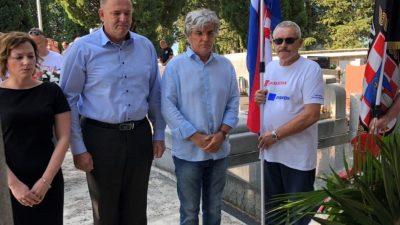 Delegacija Kastva i udruge branitelja povodom Dana pobjede položila vijence i zapalila svijeće na gradskom groblju