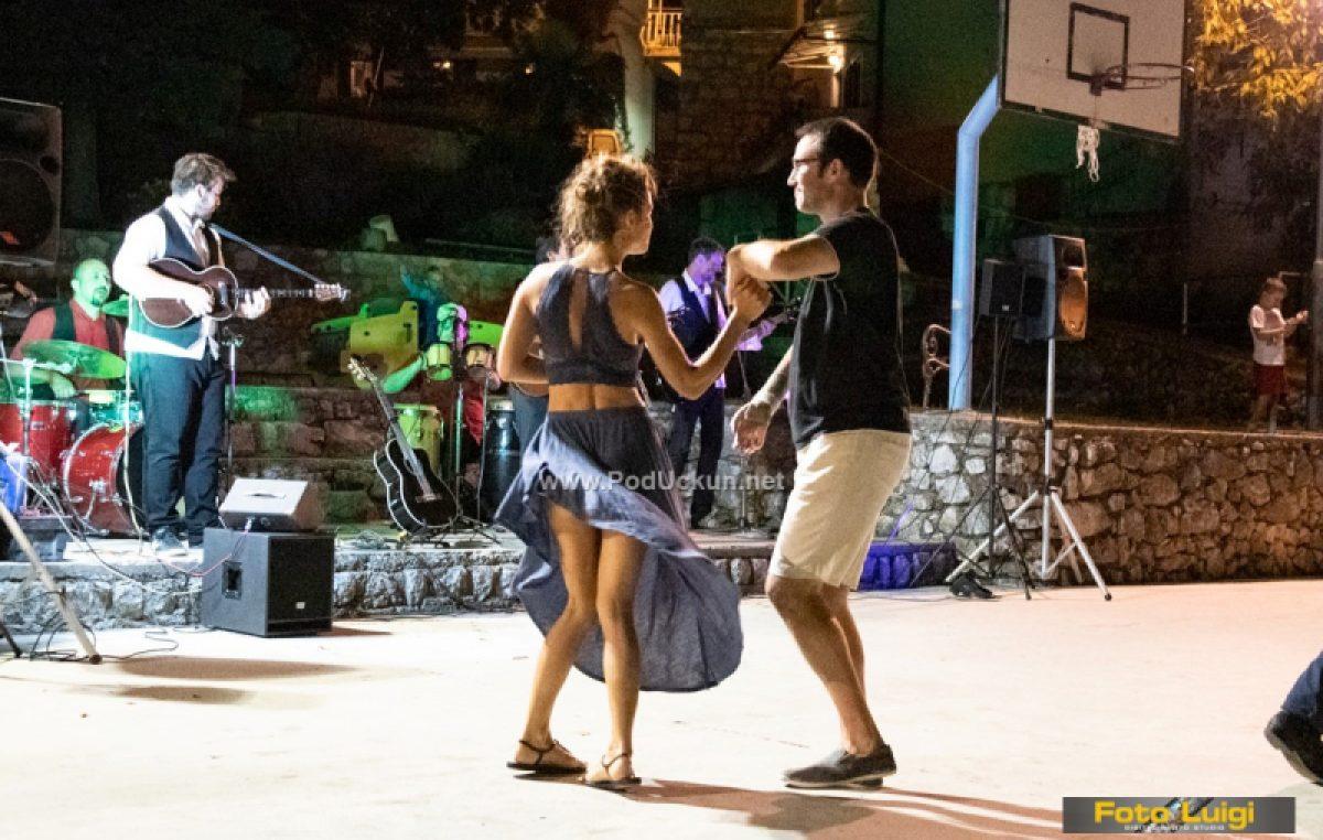 FOTO U Brseču održana večer salse uz Los colegos band