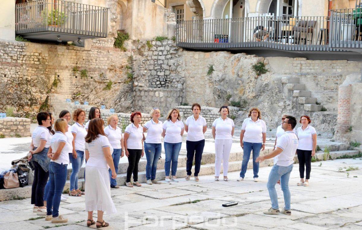 Svi u zbor! Pet zborova izvrsnim nastupima na pet trgova oduševili Riječane