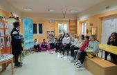 """U OKU KAMERE Održana promocija Vodiča o lokalnoj samoupravi i zajednici na jeziku primjerenom djeci """"Igrom učimo o gradu"""" autorice Sanje Škorić"""