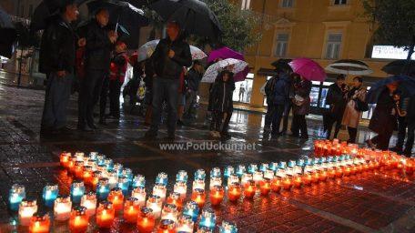 VIDEO/FOTO: Paljenjem svijeća Opatijci odali počast žrtvama Vukovara i Škabrnje