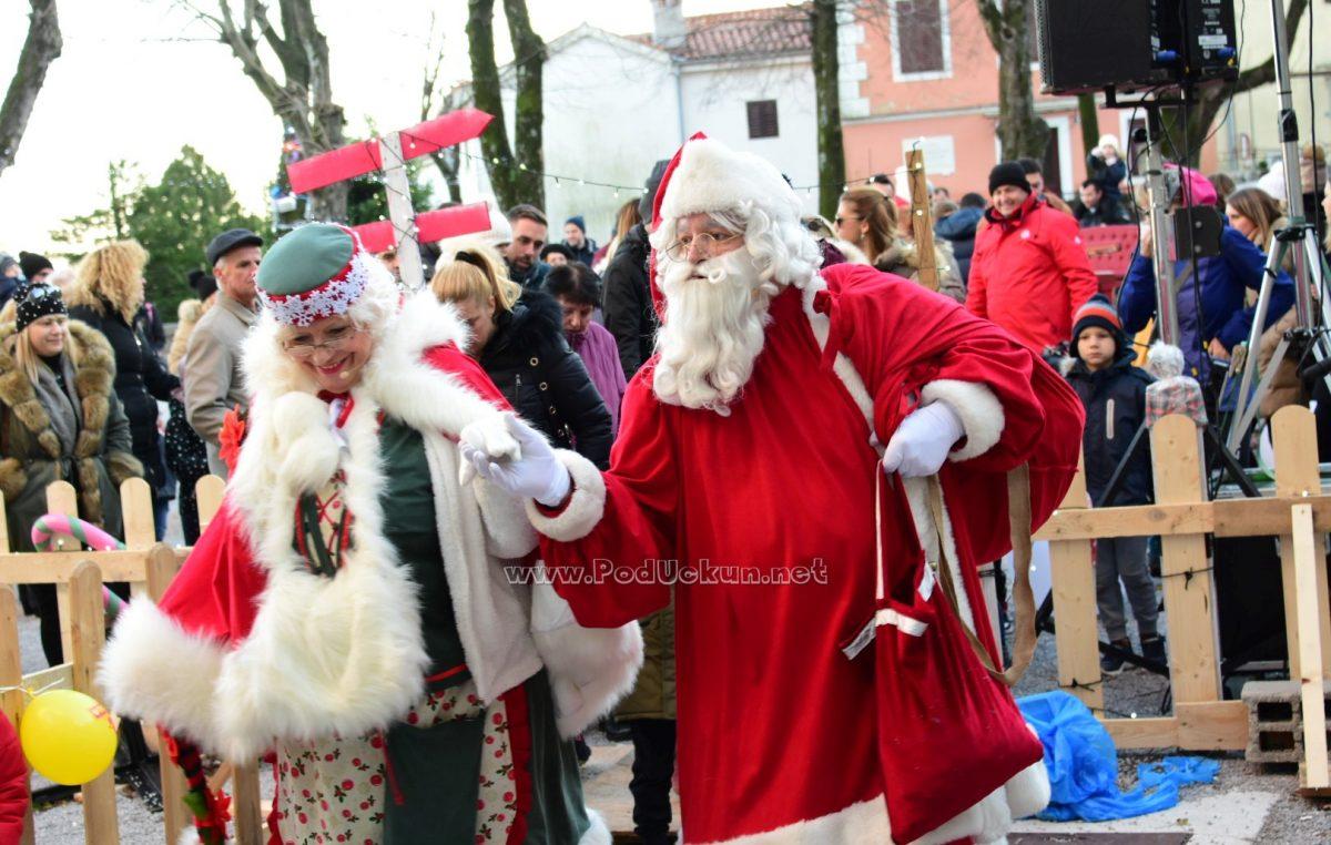 FOTO/VIDEO Advent u Kastvu – Baka i Djed Mraz razveselili brojne mališane na Crekvini