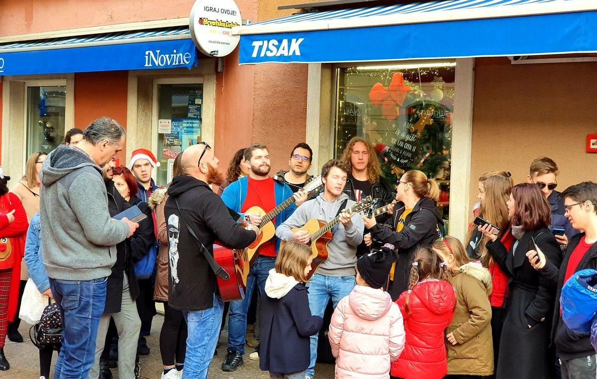 VIDEO/FOTO Udruga Koga briga raspjevala Korzo i stvorila fantastičnu atmosferu s humanitarnim ciljem @ Rijeka