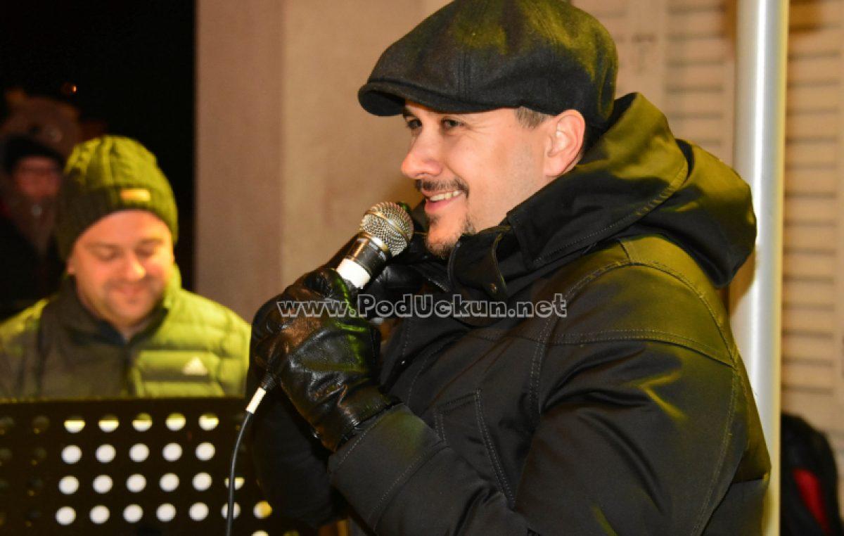 VIDEO Božićni repertoar i 'stare dobre stvari' u izvedbi Marka Tolje raspjevali park kod Šporera @ Opatija