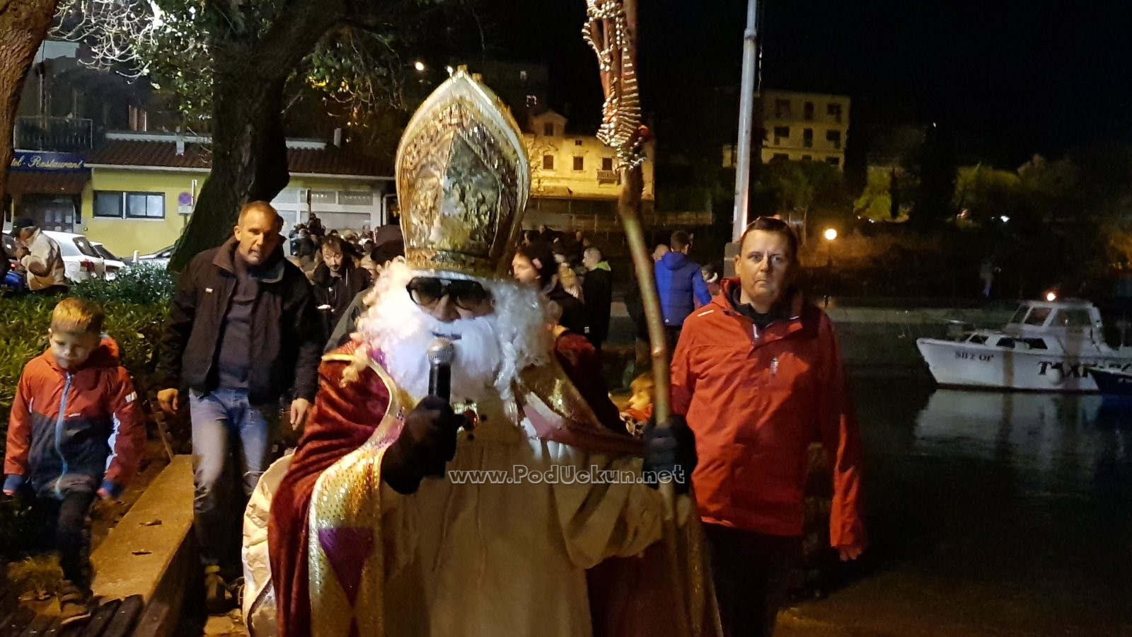 VIDEO Sveti Nikola brodom stigao u Iku i brojne mališane razveselio lijepim darovima