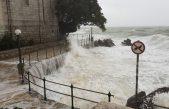 VIDEO/FOTO Olujno jugo stvara atraktivne prizore uz obalu te probleme u prometu