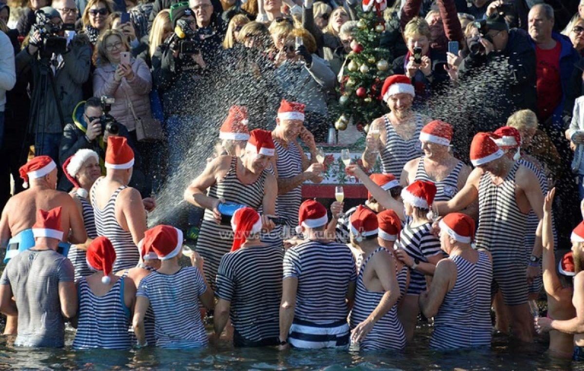 FOTO/VIDEO Novu godinu u Opatiji dočekalo oko 4.500 turista: U 2020. krenuli zdravicom na terasi Kvarnera i 'kupanjcem'