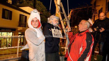 FOTO/VIDEO Karneval je stigao u Lovran: Mile Banditić je na pale, a mjestom vlada maškarano ludilo