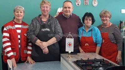 Donatorski ručak u Crvenom križu – Lionsi donirali namirnice, Doris Vlah pripremila zimski ručak