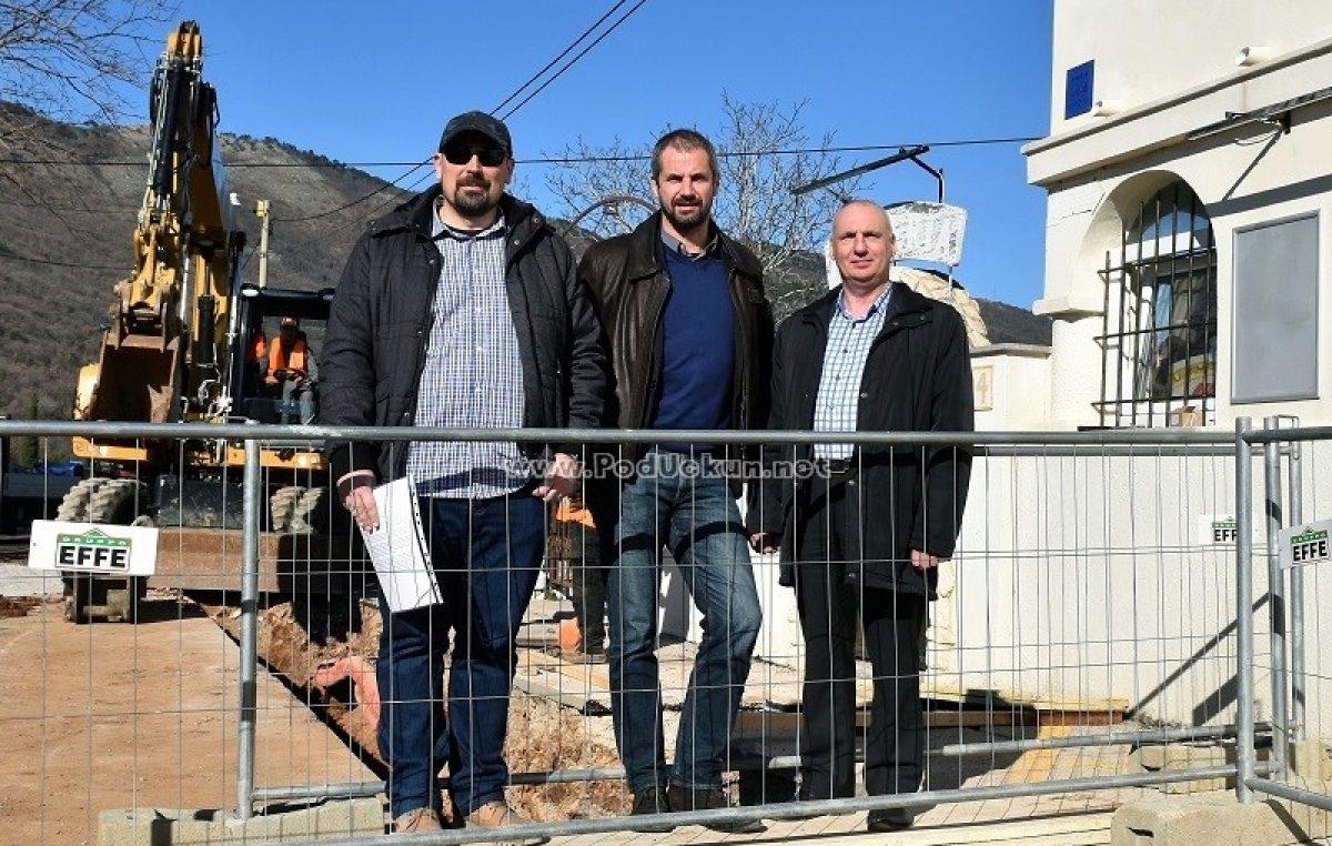 VIDEO Izgradnja kanalizacijske i vodovodne mreže u Brseču napreduje planiranom dinamikom