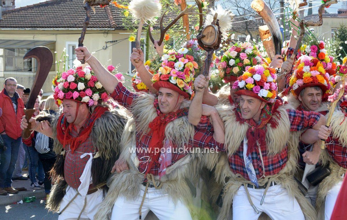 FOTO/VIDEO Zvončarska smotra jubilarni 25. put ispunila centar Matulja tradicijom i punsim šušurom