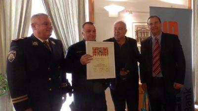 Pripadnik Interventne policije Zihad Habibović nagrađen za spašavanje člana udruge Zmešani Volosko iz mora tijekom Riječkog karnevala