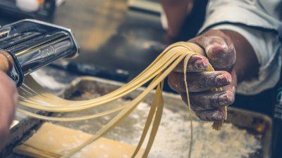 PAR GASTRO AKADEMIJA Ciklus radionica o pripremi tatarskog bifteka, izradi tradicionalne tjestenine, enogastronomiji…